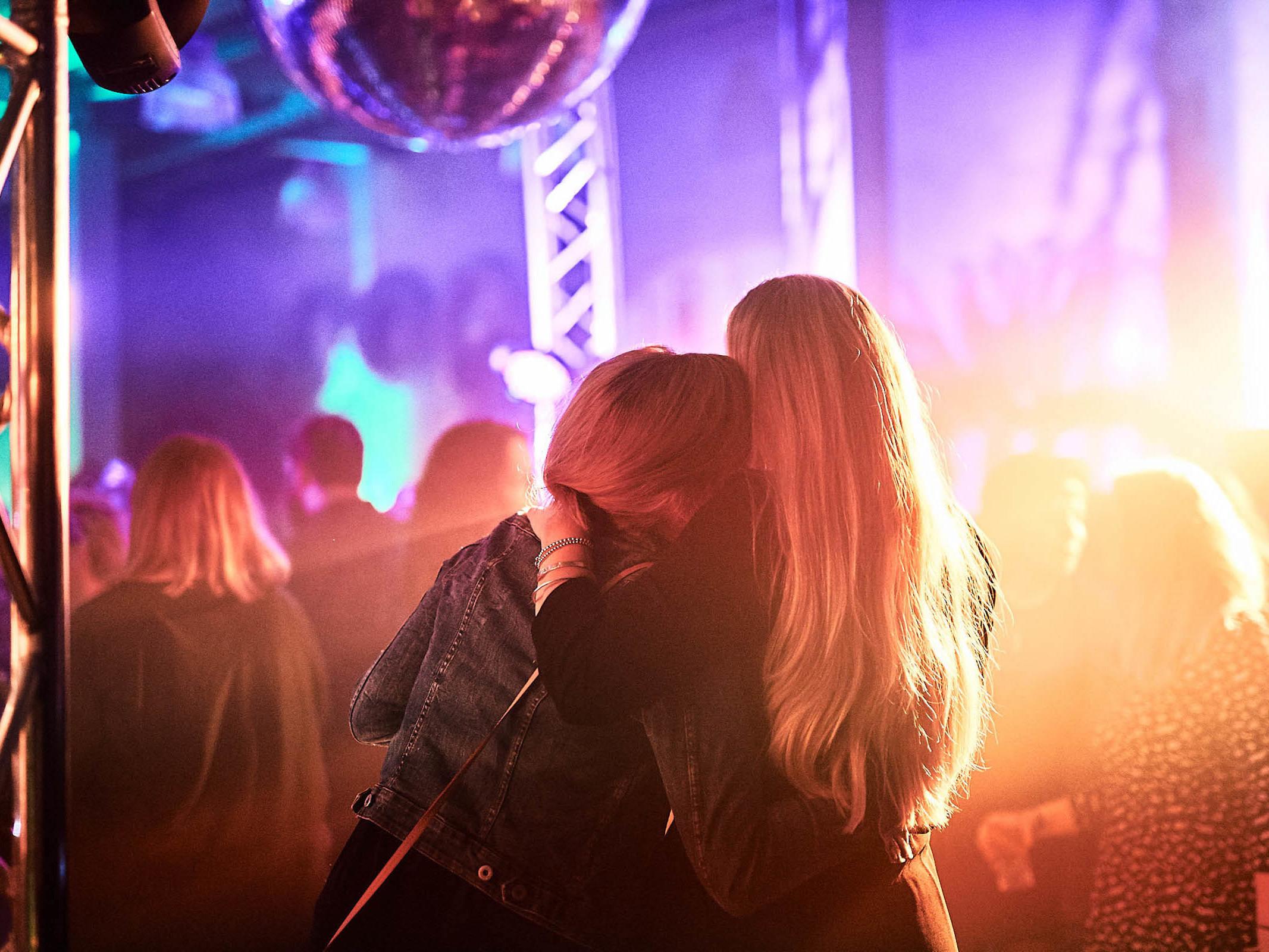 DJane | DJ | Hannover | Glitzerplatte | Gesang | Hochzeit | Sängerin | Club | Wedding | Event | Messe | Charity | Gala | Buchen | Mieten