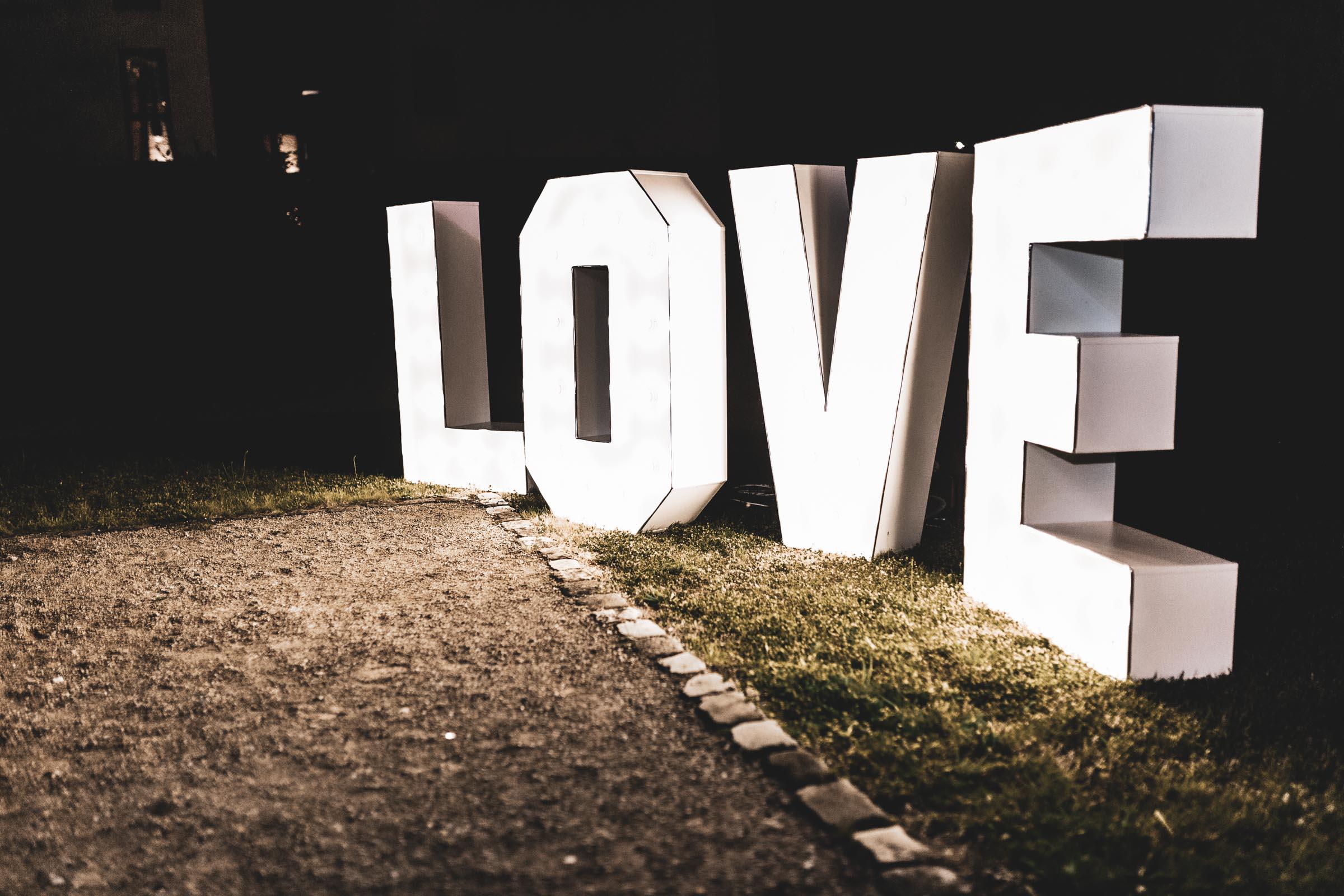 DJ | Djane | Hannover | Hochzeit | Buchen | Anfrage | LOVE | Buchstaben | Glitzerplatte