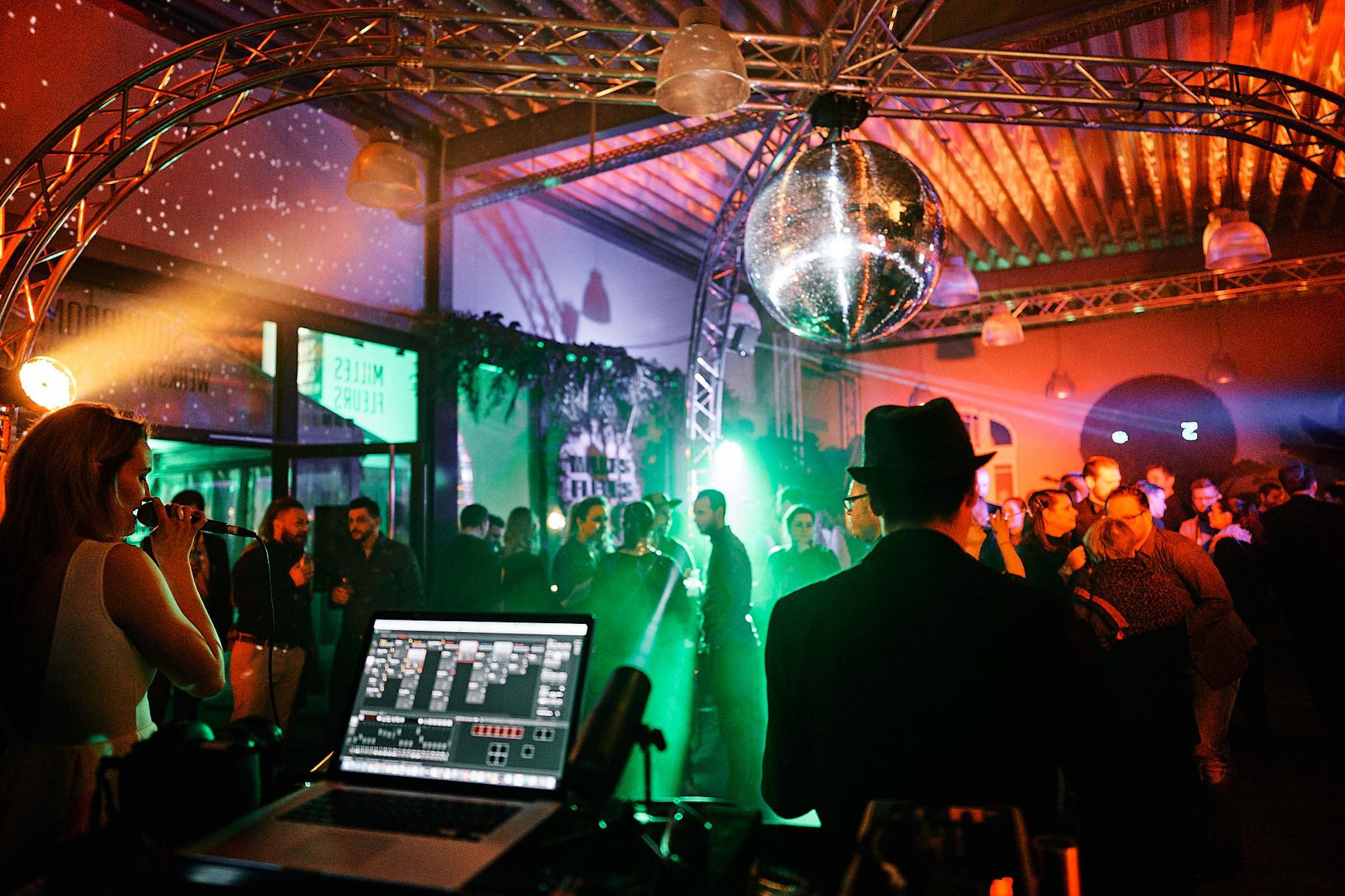 DJANE | DJ | Hannover | Saxophonist | Moderation | Gesang | Saxophon | DJ | Plus | Combo | Percussion | Schlagzeug | Sängering | Buchen | Mieten | Anfragen | Hochzeit | Messeparty | Event | Gala | Charity | Glitzerplatte