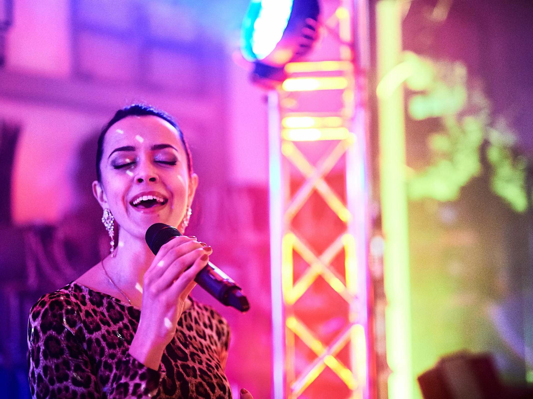 DJANE | DJ | Hannover | Saxophonist | Moderation | Gesang | Saxophon | DJ | Plus | Combo | Percussion | Schlagzeug | Sängering | Buchen | Mieten | Anfragen | Hochzeit | Messeparty | Event | Gala | Charity