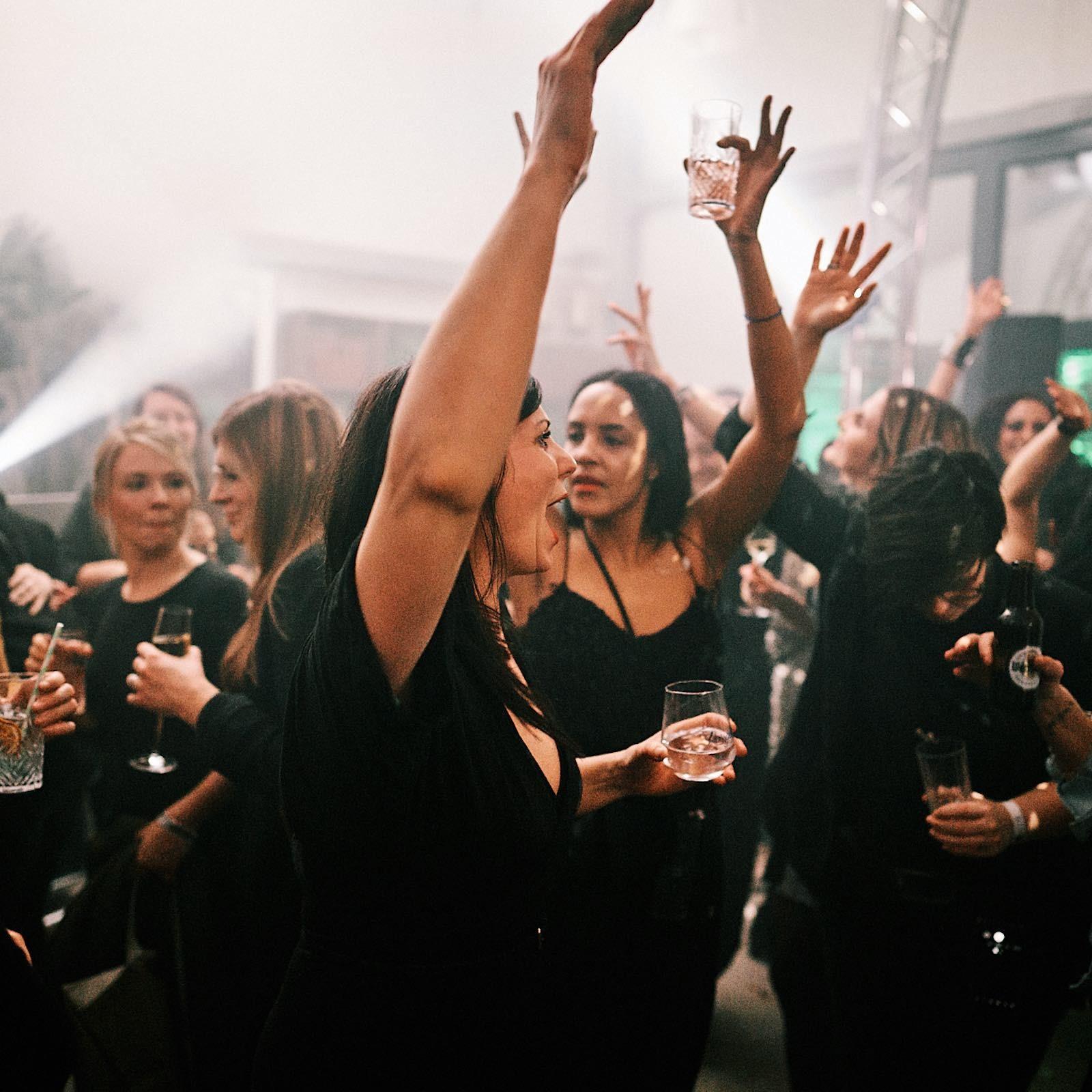 DJANE | DJ | Hannover | Saxophonist | Moderation | Party | Gesang | Saxophon | DJ | Plus | Combo | Percussion | Schlagzeug | Sängering | Buchen | Mieten | Anfragen | Hochzeit | Messeparty | Event | Gala | Charity | Glitzerplatte