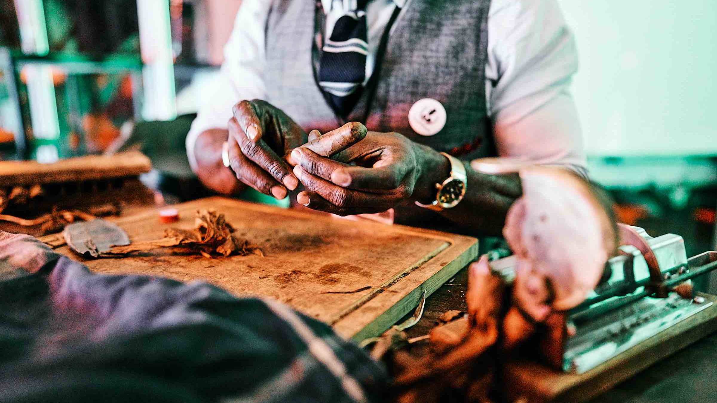 Glitzerplatte | Partner | Zigarrenroller | Tabakroller | Zigarrendreher | Buchen | Mieten | Anfragen